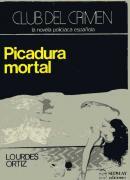 Fotografía en blanco y negro de una mujer muerta sobre una cama con una jeringuilla al lado