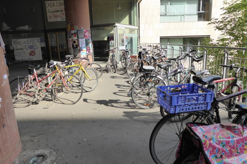 Aparcament de bicicletes a les Facultats de Filosofia i de Geografia i Història