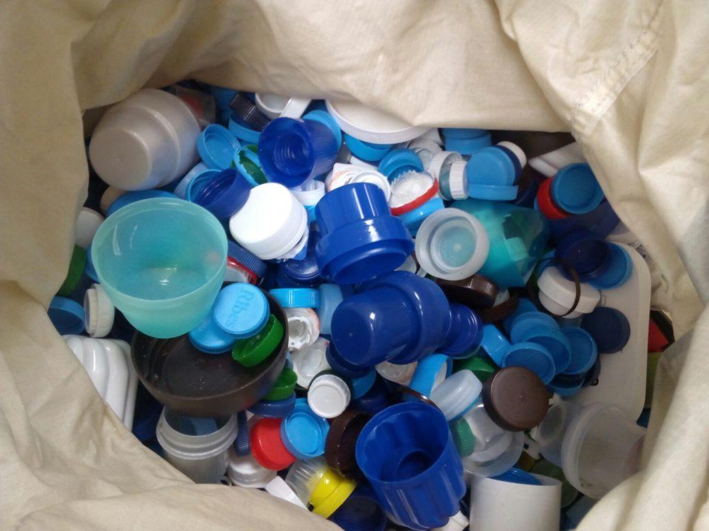 Taps de plàstic recollits a la UB