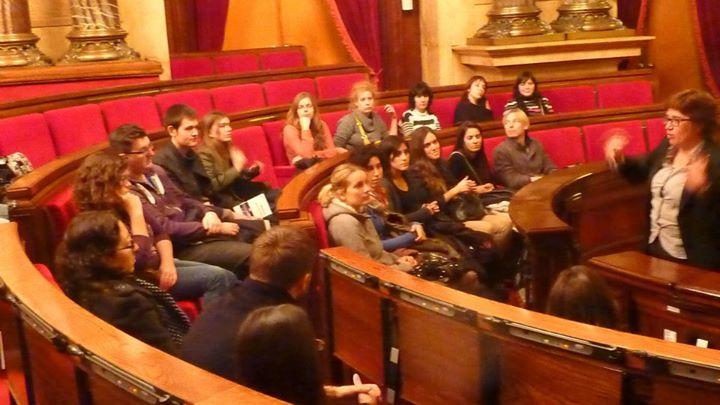 Estudiants del crus anterior a l'hemicicle del Parlament