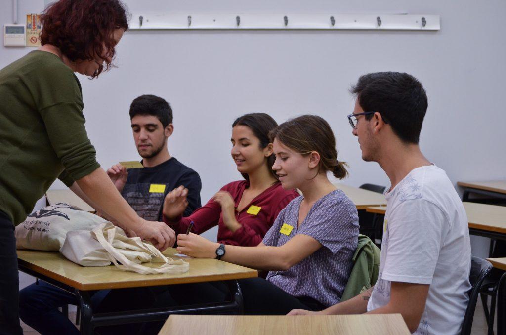 Dinamitzadora de Llenguajocs iniciant una activitat amb els estudiants de mobilitat