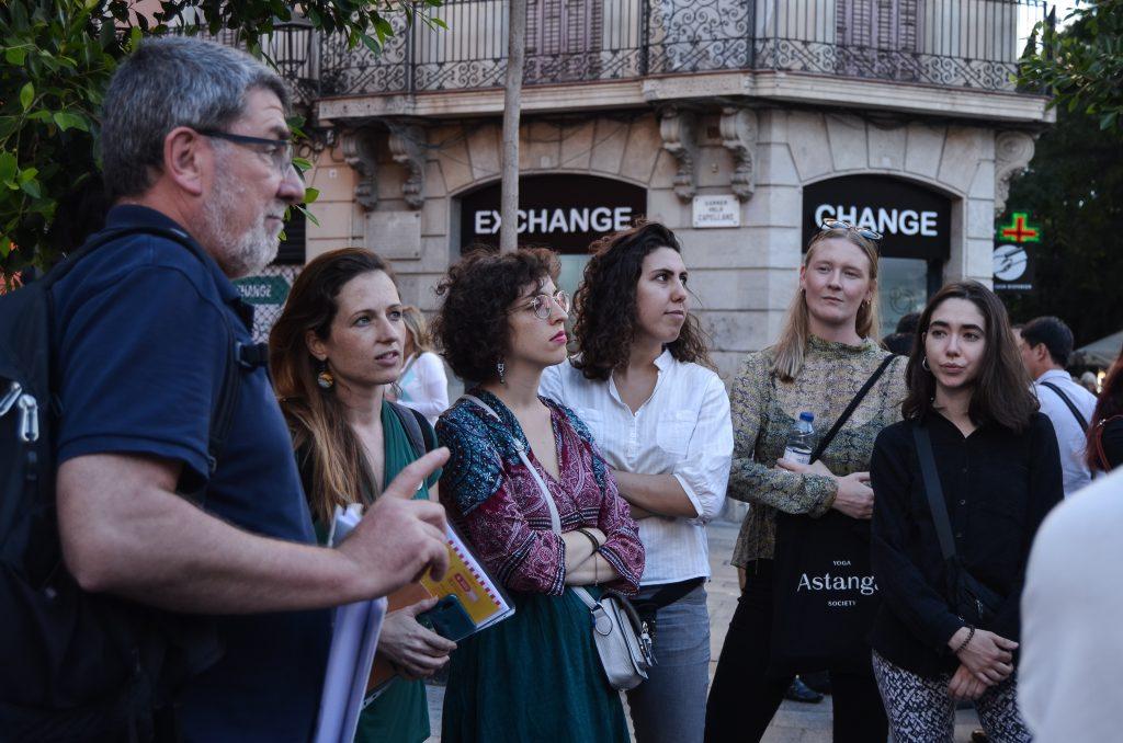 Estudiants de mobilitat ecoltant a Santiago Riera