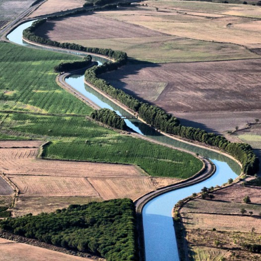 Efficiency and acceptance of water public policies