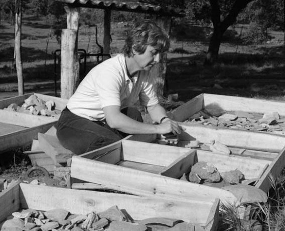 La arqueóloga Mercedes Vegas analizando materiales cerámicos. Foto: Peter Witte