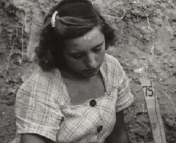 Julia Sánchez Carrilero excavando en el Llano de la Consolación © Archivo del Museo de Albacete