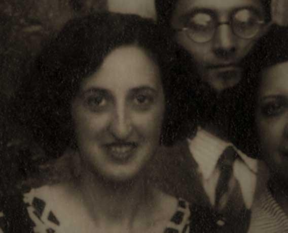 Parcial fotográfico tomado de una imagen en grupo de los participantes del Crucero Universitario por el Mediterráneo el 27 de junio de 1933, ante el Santo Sepulcro (Archivo Fullola-Pericot, Universitat de Barcelona).