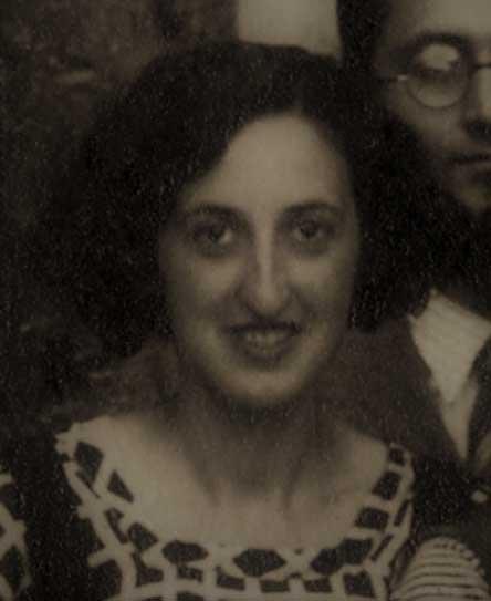 Parcial fotográfico tomado de una imagen en grupo de los participantes del Crucero Universitario por el Mediterráneo el 27 de junio de 1933, ante el Santo Sepulcro [Archivo Fullola-Pericot, Universitat de Barcelona].