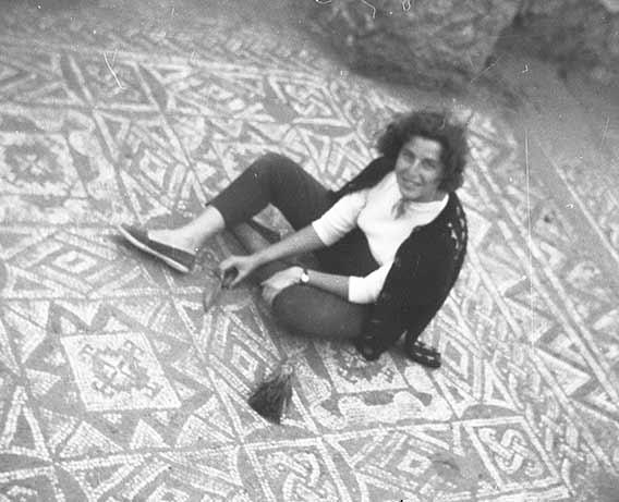 Pura Atrián, en la excavación de la villa romana de Urrea de Gaén (Archivo fotográfico del Museo de Teruel)