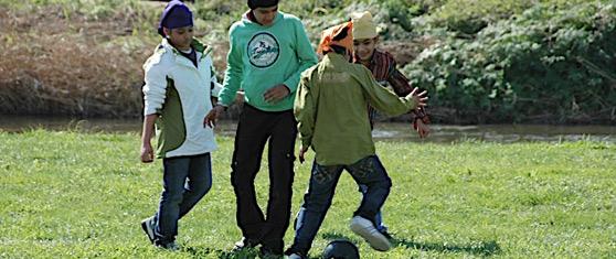 Nens indis jugant a futbol