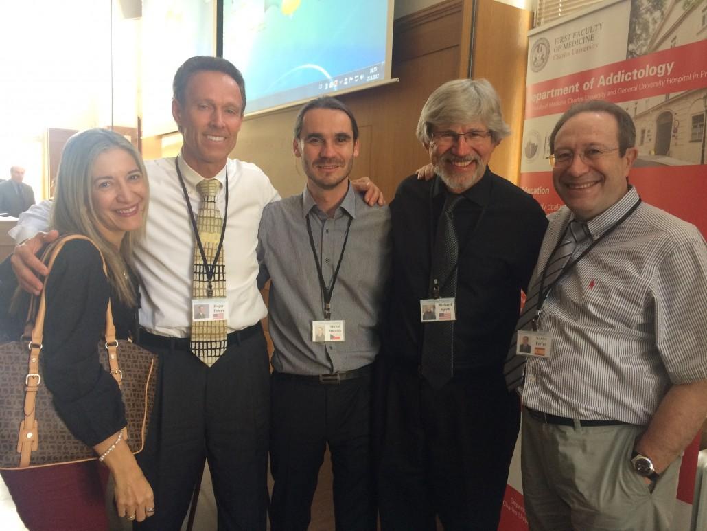 Parte del Consejo de Dirección del Consorcio en la reunión de Praga (E / D) Dra. Diana Lesme, Paraguay; Dr. Roger Peters (USFlorida), Dr. Michal Miovsky (presidente, Rep. Checa), Dr. Richard Spoth (U. Iowa), Dr. Xavier Ferrer (U. de Barcelona)