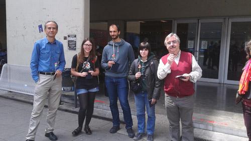Fotografia dels quatre guanyadors amb els premis, juntament amb el degà de Física.