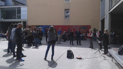 Fotografia dels assistents a l'acte agrupats en una semirotllana.