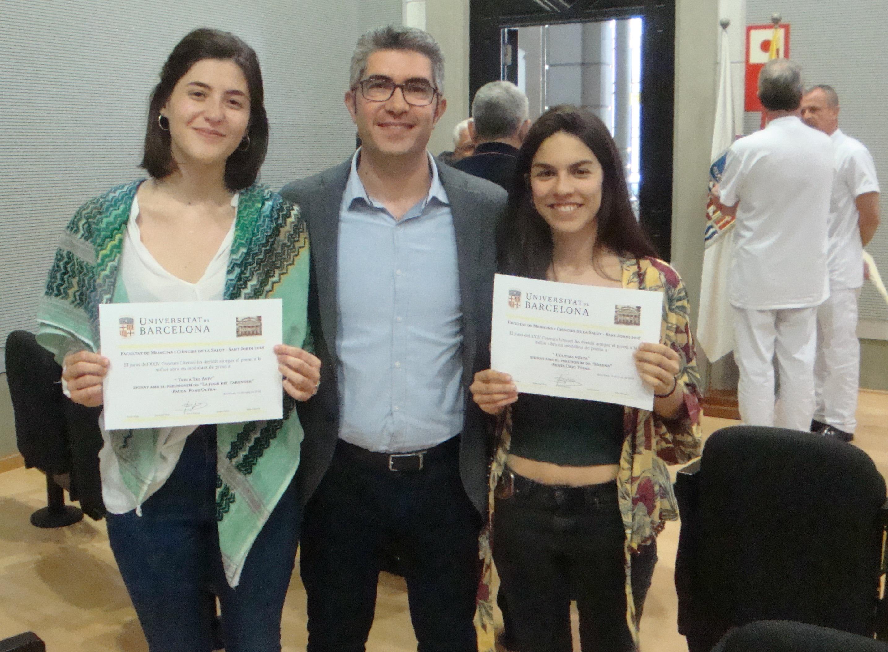 Paula Pons i Berta Urpí, guanyadores dels XXIV Concurs Literari , amb el Dr. Bartrés, president de la Comissió de Dinamització Lingüística.