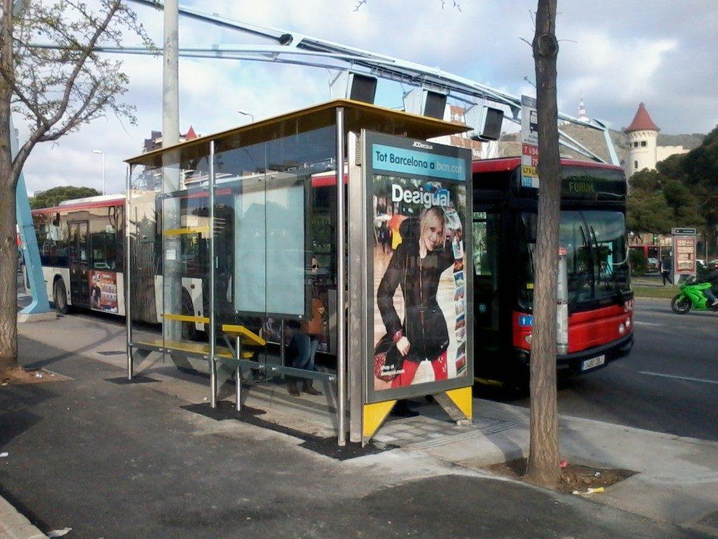 Nova marquesina d'autobusos al costat de la parada de metro de Zona Universitària