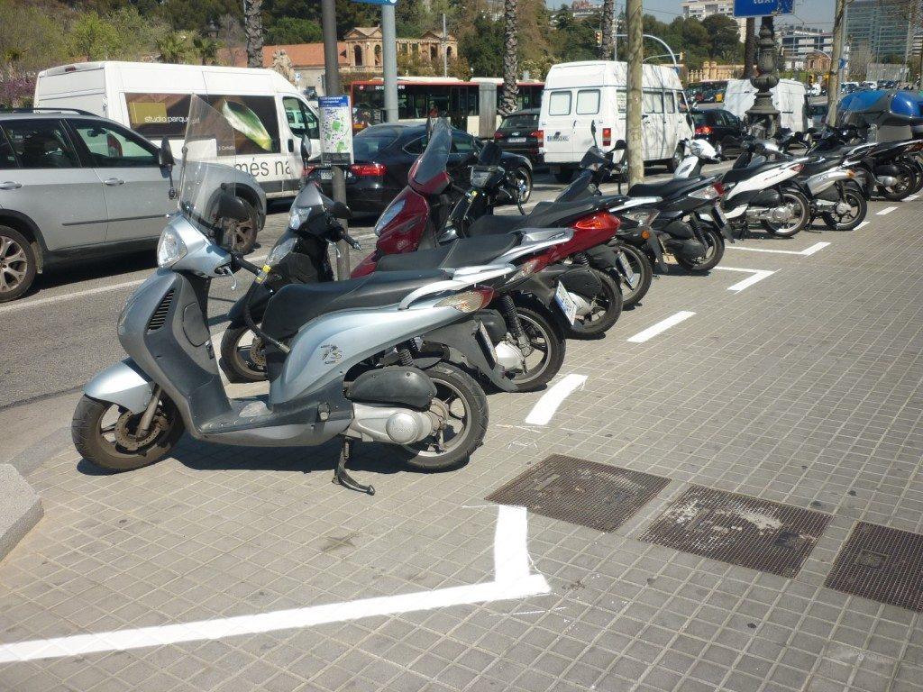 Senyalització d'espais per a l'estacionament de motos a la Diagonal, davant de les facultats de Física i Química