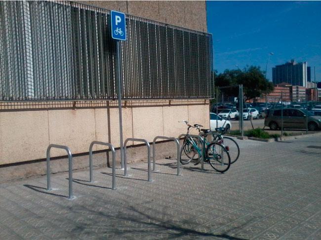 Nou aparcament de bicicletes a l'actual ubicació de l'ensenyament de Relacions Laborals.