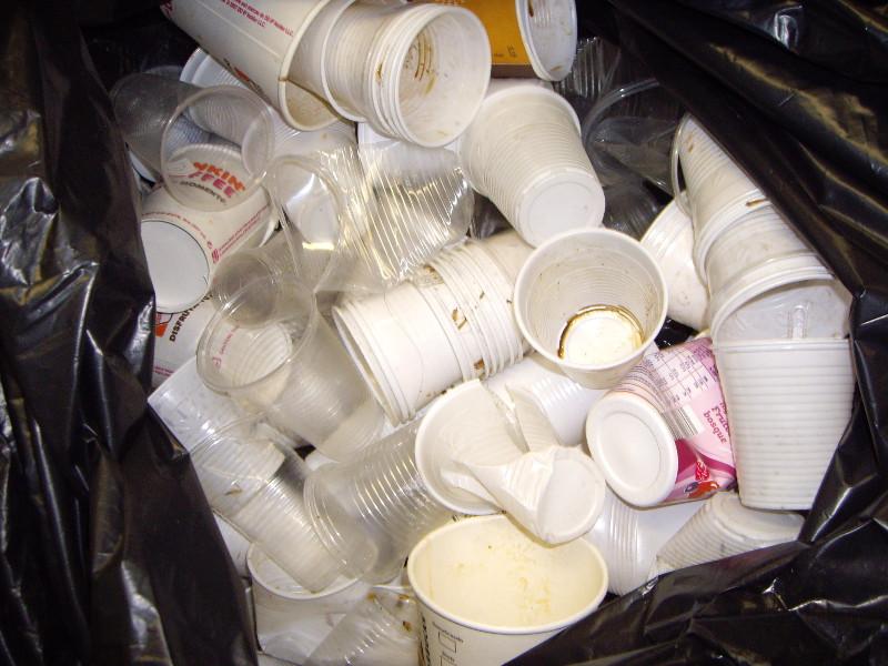 gran quantitat de gots de café