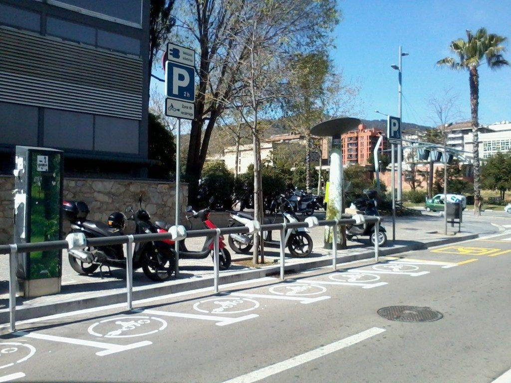 aparcament de motos elèctriques situat en la facultat de física i química