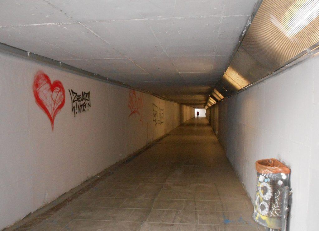 pas subterrani que connecta el recinte de l´Hospital amb la parada de bus.