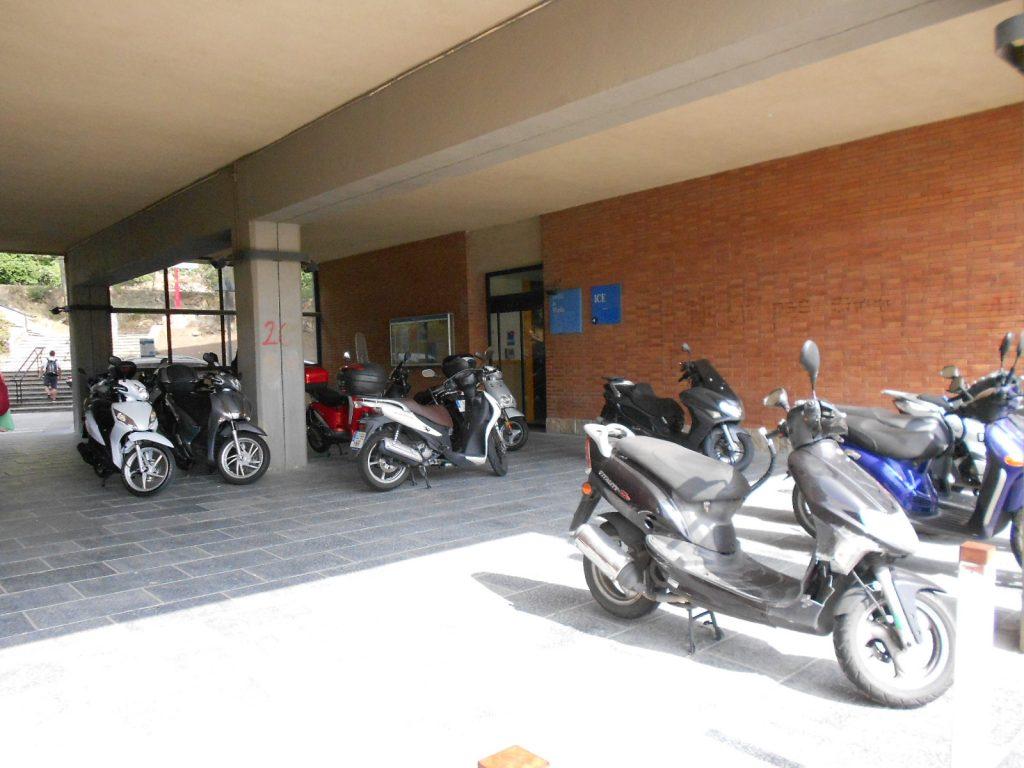 motos aparcades sota el porxo de l´edifici Migdia