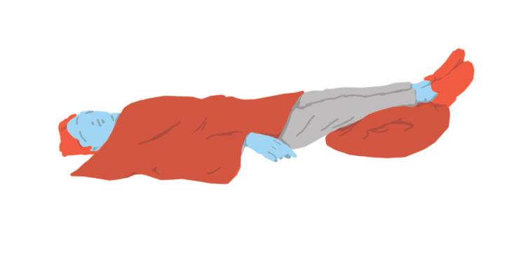 Persona estirada al terra amb les cames elevades