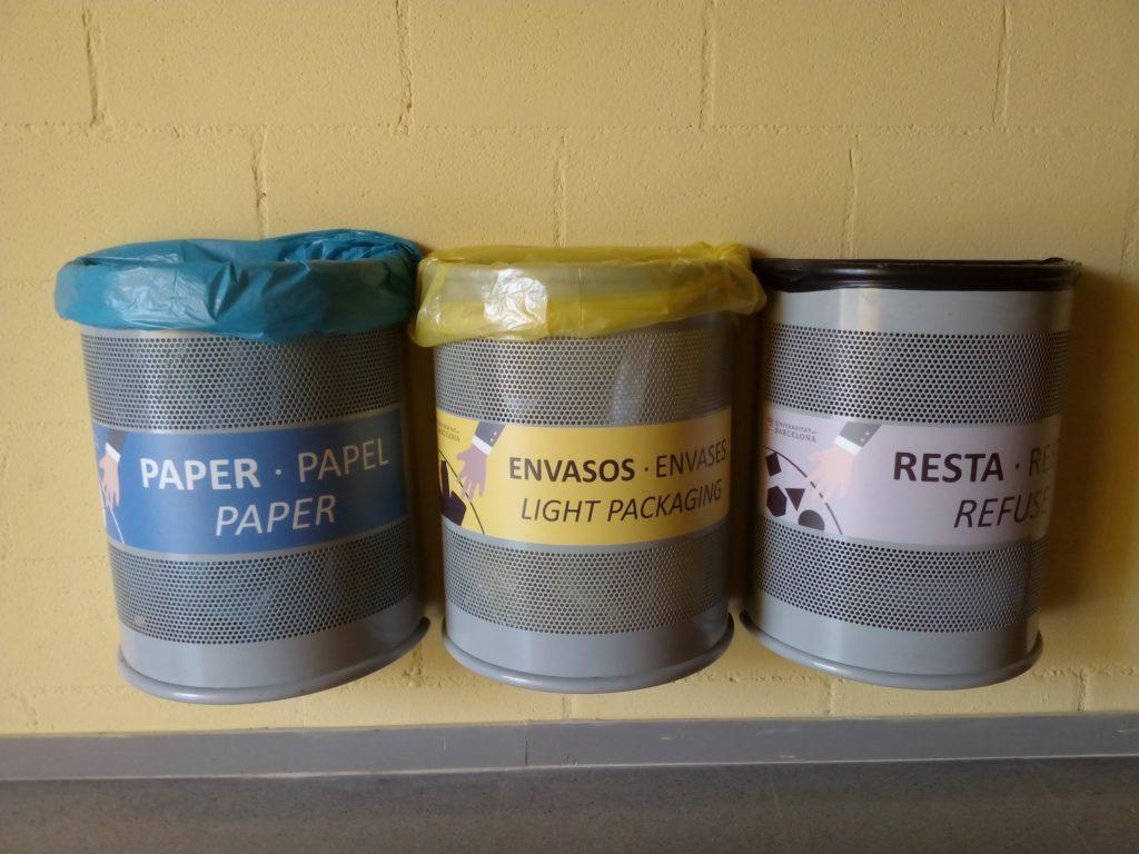 trio de papereres de metall que conformen un punt net (paper, envàs i resta)