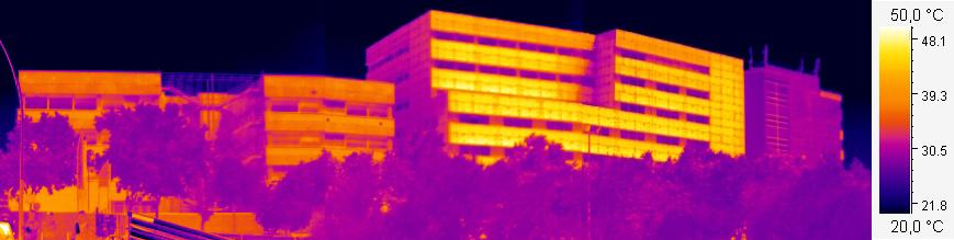 imatge terrnica dels edificis de les façanes del carrer Pau Gargallo de les facultats de Química i de Física per detectar possibles pèrdues d'energia de l'envolupant