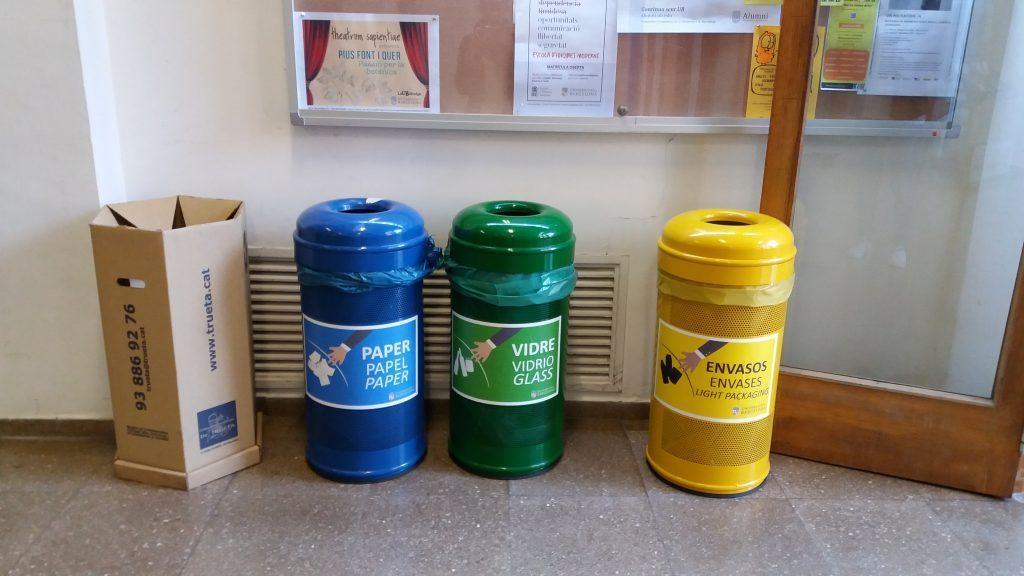 contenidors de recollida seleciva, vidre, envaàs i paper, juntament amb altre contenidor de toner