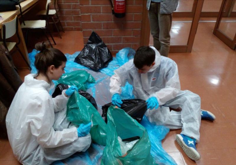 alumnes caracteritzant residus que estàn emmagatzemats a la facultat de Biologia