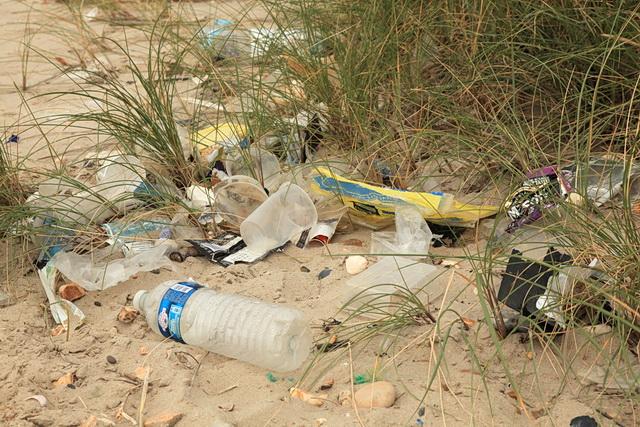 brossa en la platja, composat per envasos d´un sol ús
