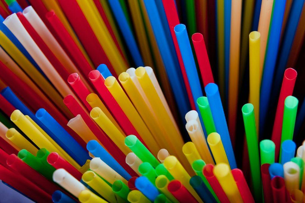 Canyes de plàstic, correspon a un dels residus que se generen d´ún sol ús.