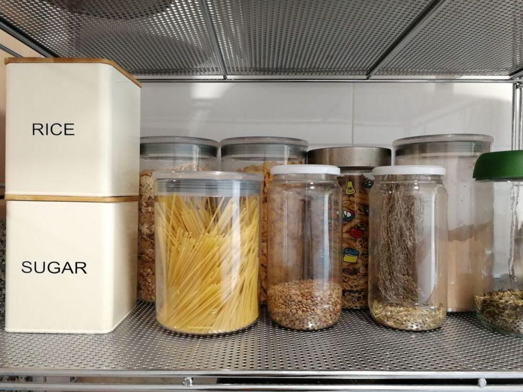 productes alimentaris a granel amb pots de vidre