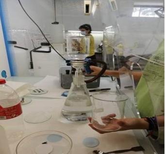 Treballant al laboratori amb l'alumnat d'institut