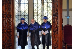 Walter J. Gehring entering the hall for his investiture as Doctor Honoris Causa, accompanied by Emili Saló (Faculty of Law) and the Dean of the Faculty of Biology, Joaquim Gutiérrez (left)