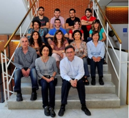 Professor Francesc Villarroya and his team at the Faculty of Biology of the UB.