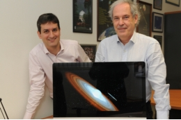 Animation of the system MWC 656. The Be star spins at extremely high speed, ejecting matter through an equatorial disc. Part of this matter falls on to the black hole forming an accretion disc. Animation: Gabriel Pérez - SMM (IAC). On the photo, UB researchers, Marc Ribó and Josep M. Paredes, who have participated in the research.