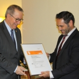 Guillem Pastor, Applus+ delegate in Catalonia, gives the certificate to the Rector of the UB.