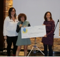Laura Félix, founder of the association La sonrisa de Hugo, gives the cheque to researchers Virginia Nunes and Sònia Sirisi.- Charity dinner in support of MLC disease research