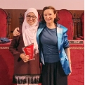 The winner of the contest, Khaoula Azdig, with OraToga director, Bàrbara Pastor.- 3rd Oratorical Contest for high school students announces its winners