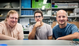 From left to right, the researchers Jaume Casademunt, Carlos Pérez and Xavier Trepat.