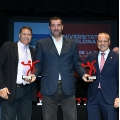 From left to right, Jaume Fort, president of FCH; Ulpi Roman, head of the Area of Competition of the UB, and Francisco Blazquez, president of RFEBM.- The Catalan League of Handball awards UB beach handball teams
